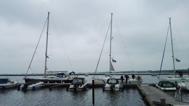 jachty z banderą klubu MKŻ - port Höllviken w Szwecji