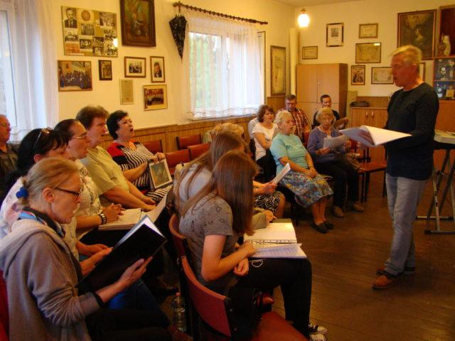 chórzyści podczas próby - Mosiński Chór Kościelny pw. św. Cecylii