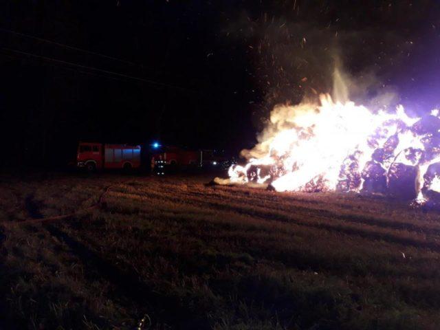 akcja gaśnicza pożaru słomy w Radzewicach, źródło: JRG-9 Mosina