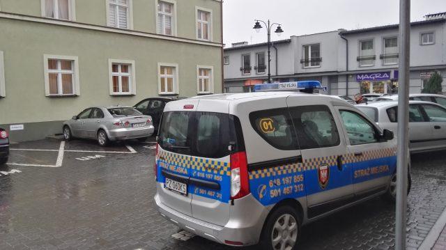 Straż miejska pod Urzędem Miejskim w Mosinie