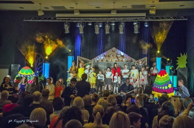 Śpiewanie pieśni przez uczniów oraz nauczycieli Ośrodka - Wielkanoc w Mosińskim Ośrodku Kultury