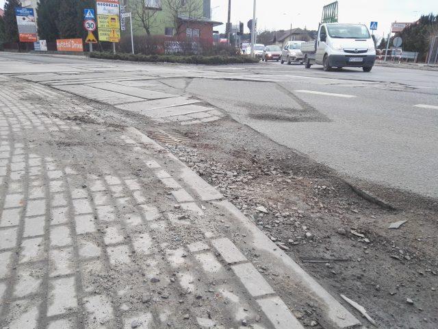 pobocze drogi od strony ul. Wawrzyniaka