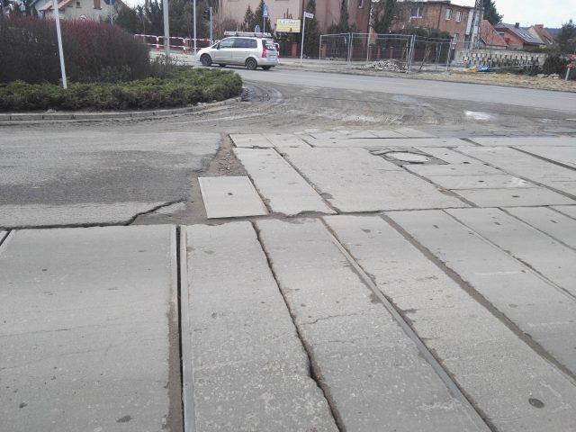 betonowe płyty tymczasowo zastępujące asfaltową nawierzchnię