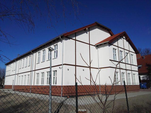"""Szkoła Podstawowa """"Pod Lipami"""" w Krosinku - budynek"""