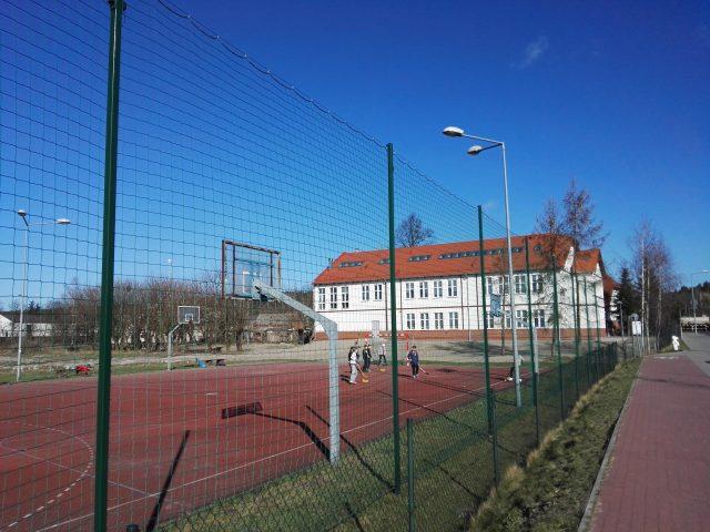 """Szkoła Podstawowa """"Pod Lipami"""" w Krosinku - widok od strony boiska"""