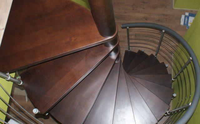 schody drewniane vs metalowe