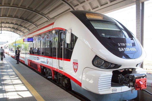 nowoczesny spalinowy pojazd pasażerski na peronie - SA139