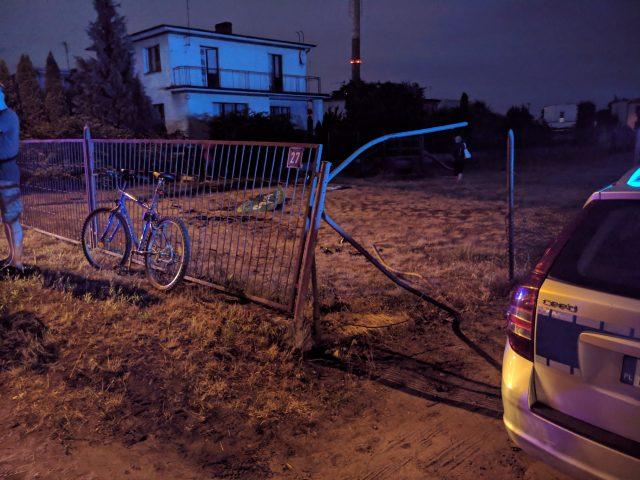 uszkodzone ogrodzenie i plac zabaw