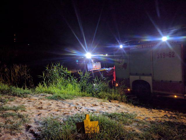 strażacy sprawdzali rzekę pod kątem ewentualnego skażenia wody - przystań w Rogalinku
