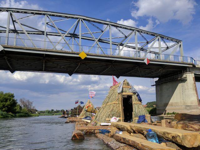 Tratwa Wielkiego Flisu Niepodległości 2018 przepływa pod mostem w Rogalinku