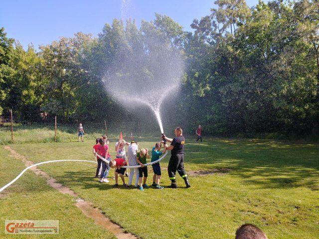 Dzieci i strażacy podczas upałów - upał