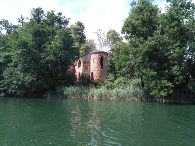 Ruiny na Wyspie Zamkowej na jeziorze góreckim