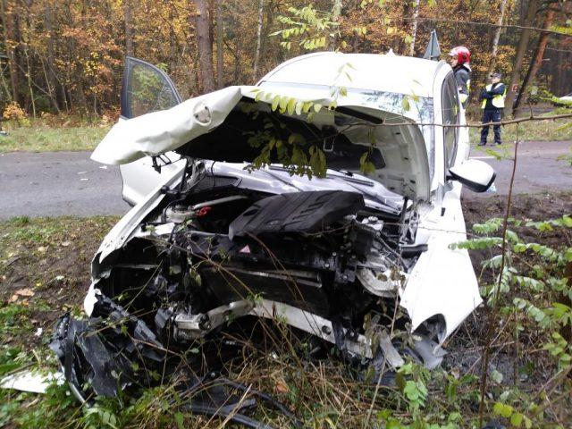 BMW X3 po czołowym zderzeniu, w którym jechało dziecko