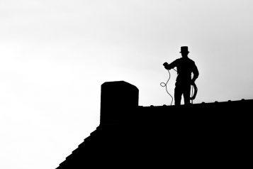kominiarz na dachu