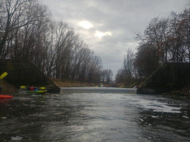 Kanał Mosiński - próg wodny za targowiskiem