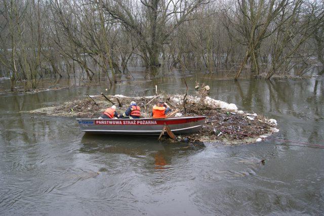 śmieci na kanale Mosiński - łódź strażaków z PSP