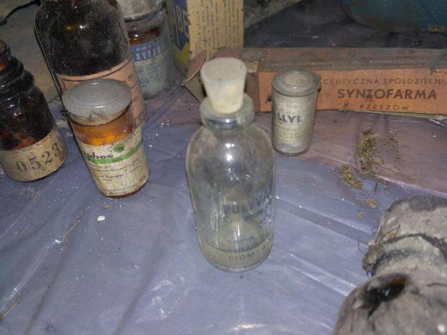 stare leki - znalezione na strychu szkoły w Rogalinku