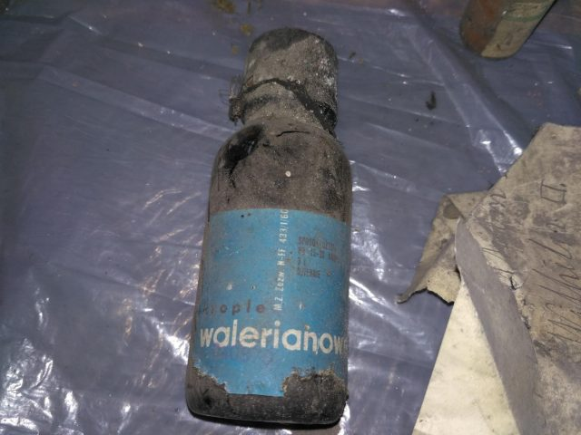 krople walerianowe - znalezione na strychu szkoły w Rogalinku