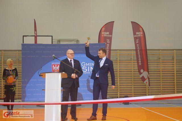przekazanie przez burmistrza Gminy Mosina symbolicznego klucza do hali kierownikowi OSiR, Waldemarowi Demuthowi