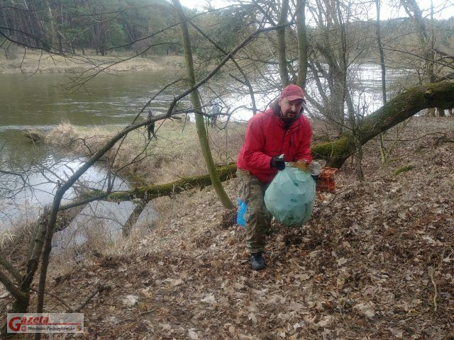 mieszkańcy sprzątają brzegi rzeki Warty