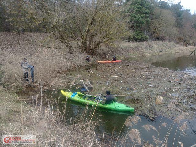 sprzątanie rzeki z kajaka