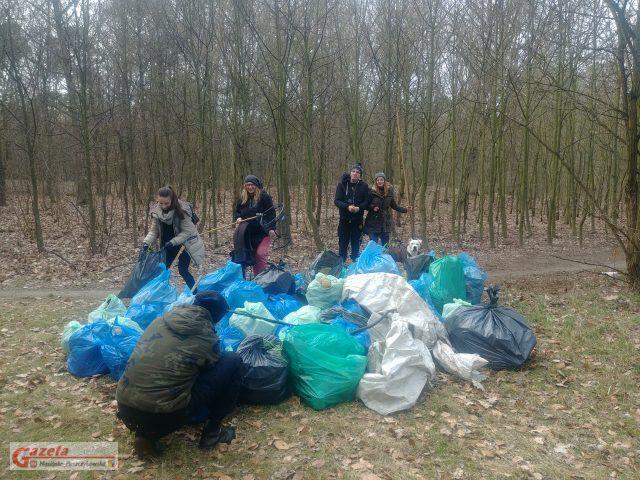 zebrane worki ze śmieciami - Brzeg Warty Posprzątania