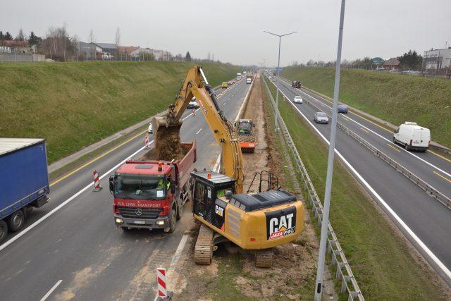 22.03.2019 wybieranie ziemi z pasa rozdziału - autostrada A2