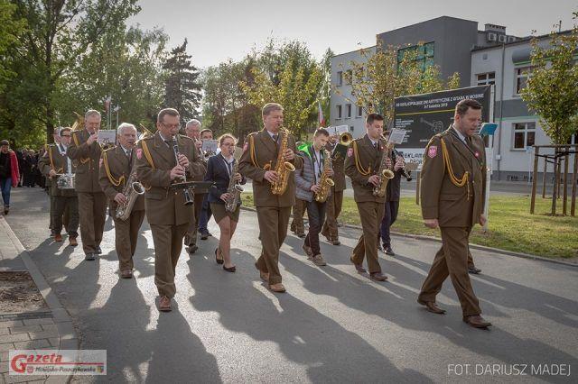przemarsz uczestników uroczystości, poprowadzony przez Mosińską Orkiestrę Dętej do kościoła pw. św. Mikołaja w Mosinie