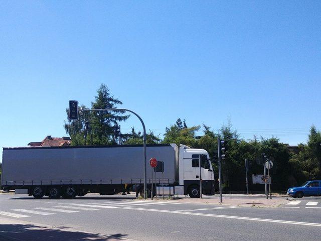 Niedziałająca sygnalizacja świetlna na skrzyżowaniu Śremska/Wawrzyniaka