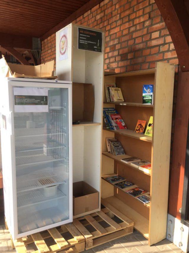 jadłodzielnia i książkodzielnia w Mosinie - regał z książkami na wymianę i lodówka