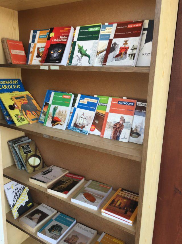 książkodzielnia w Mosinie - regał z książkami na wymianę