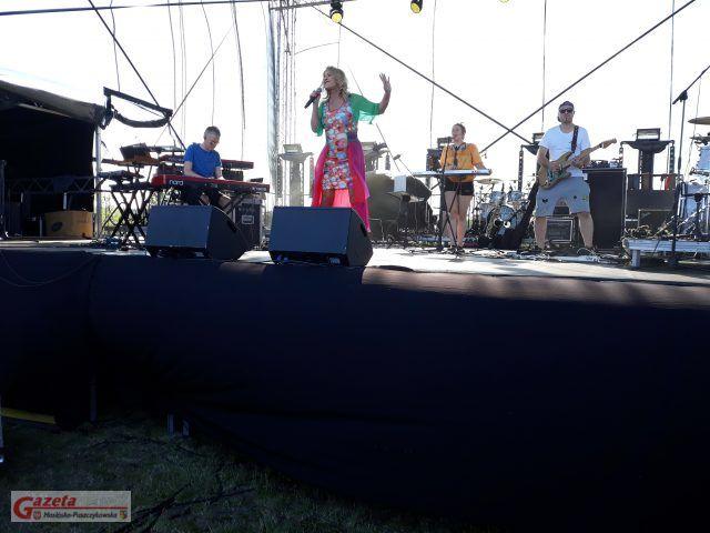 Na scenie zabawiająca publiczność Majka Jeżowska fot. Paulina