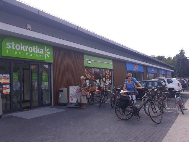 """Na zdjęciu widoczny nowo – otwarty Supermarket """"Stokrotka"""""""