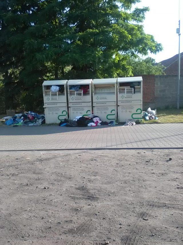 kontenery na ubrania przy cmentarzy w Mosinie