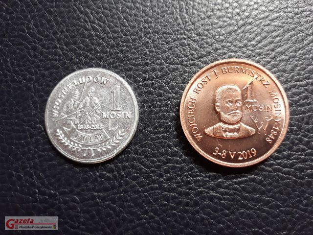Z lewej strony widoczna ubiegłoroczna moneta, z prawej rewers tegorocznego 1 Mosina przedstawiający postać Burmistrza Mosiny W. Rosta. fot. Paulina