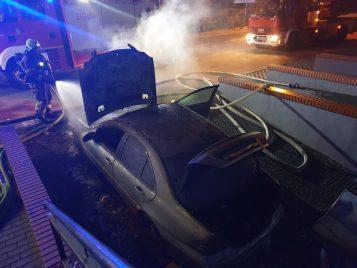 pożar samochodu na Strzeleckiej w Mosinie