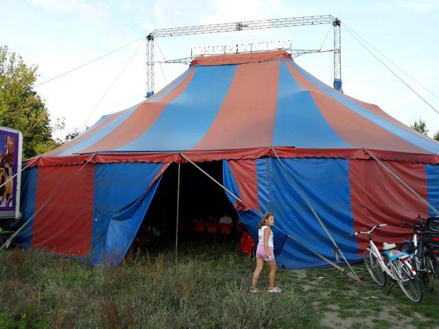 """Ogromny namiot cyrku """" Imperial Show"""", który stanął niedawno w Puszczykowie fot. Paulina Korytowska"""