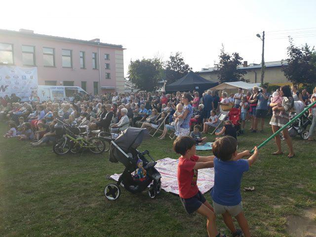 Lubońska publiczność zebrana na placu przy Ośrodku Kultury z niecierpliwością oczekująca na występy pierwszych artystów