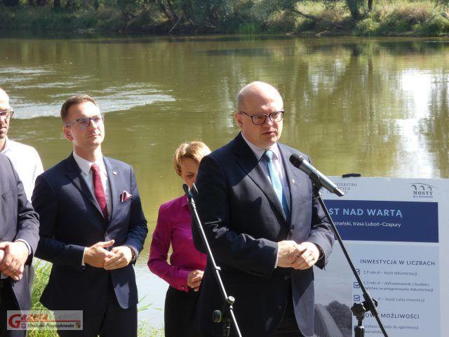 Przemysław Mieloch, burmistrz Mosiny - most Czapury - Luboń - podczas konferencji prasowej nad Wartą