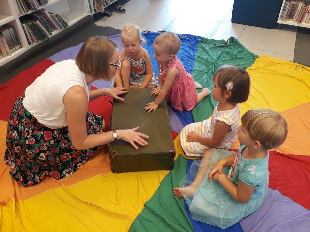 Dzieci uwielbiają niespodzianki. W tym wypadku również nie mogły się doczekać, aby odkryć co znajduje się w ogromnej skrzyni fot. Paulina Korytowska