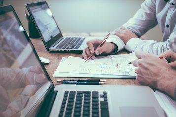 biuro i laptopy