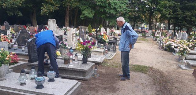 groby powstańców wielkopolskich otrzymały pamiątkowe oznakowanie - cmentarz w Mosinie