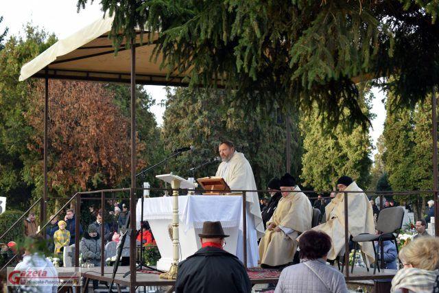 kazanie ks. proboszcza Adama Prozorowskiego na cmentarzu w Mosinie