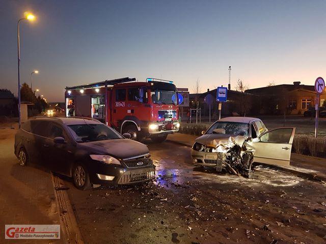 wypadek dwóch samochodów na ulicy Strzeleckiej w Mosinie