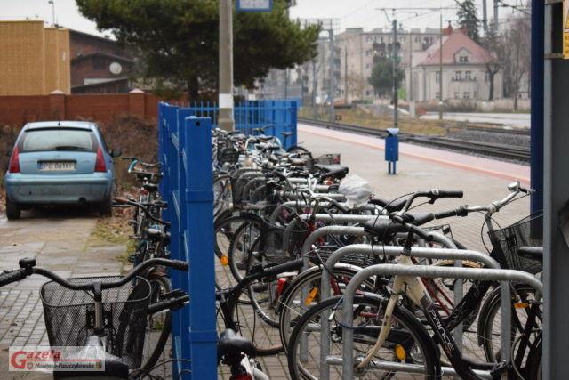 przepełniony nowy parking rowerowy przy dworcu w Mosinie