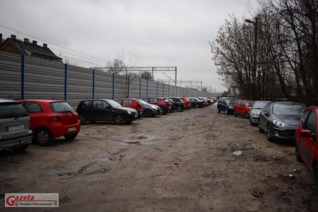 parking przy dworcu kolejowym w Mosinie