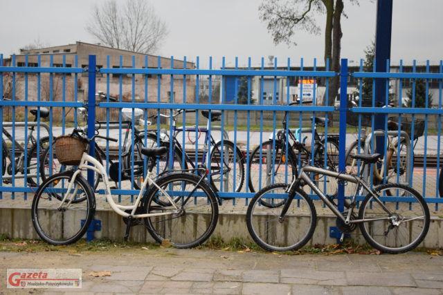 rejon dworca kolejowego w Mosinie, przypięte rowery do ogrodzenia