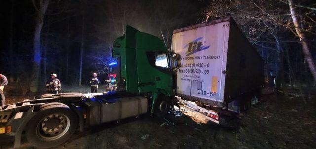 Kolizja dwóch samochodów ciężarowych w lesie przed Żabinkiem