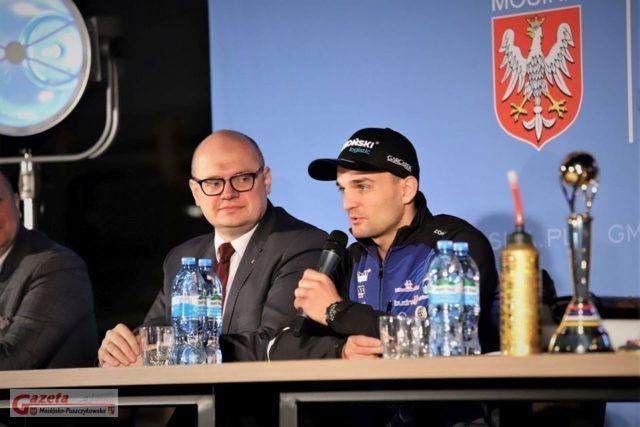 Bartosz Zmarzlik i Przemysław Mieloch, burmistrz gminy Mosina