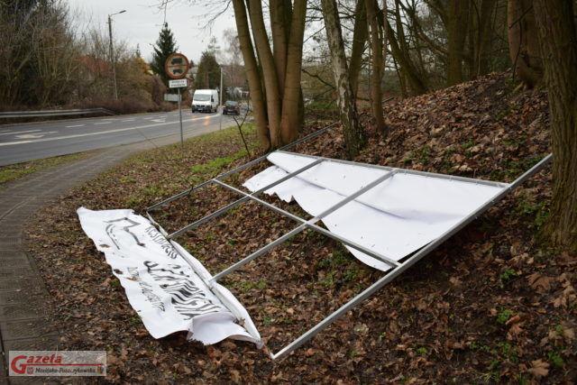 Bilbord reklamowym który runął na chodnik i uszkodził sygnalizator